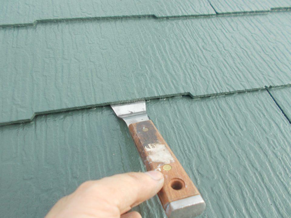 スレート屋根の縁切り作業の様子