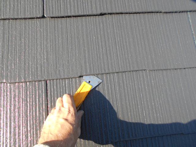 屋根の縁切り作業の様子