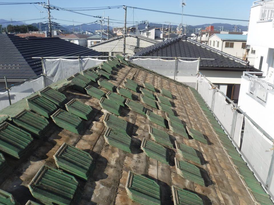 既存の屋根材を撤去している写真