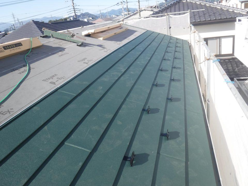 新しい屋根材を貼っている写真