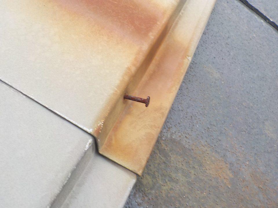 腐食で緩んだ釘の写真