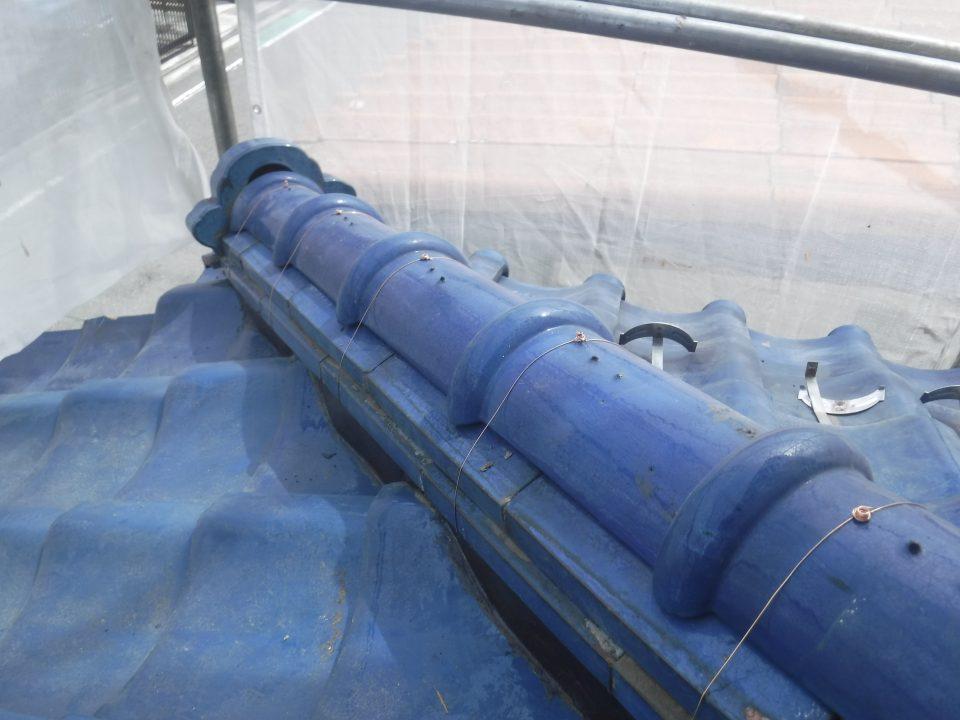冠瓦に銅線を巻いている写真