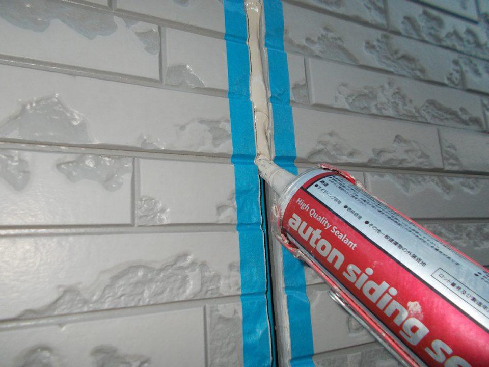 外壁のコーキング作業(先打ち)の様子